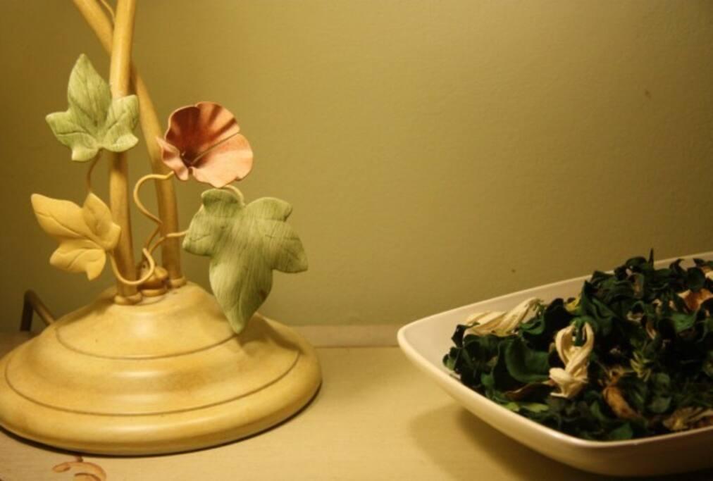 'Apple' room lamp and Pot Pourri