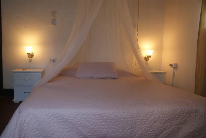 Habitación doble con aire acondicionado y baño privado