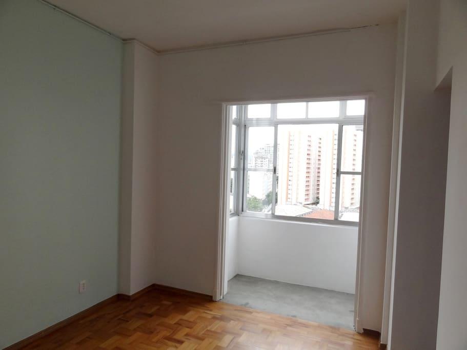 Foto do quarto sem móveis, no dia da mudança