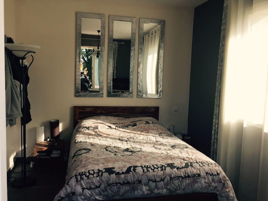 chambre lumineuse isolée du reste de la maison par un couloir et 2 portes