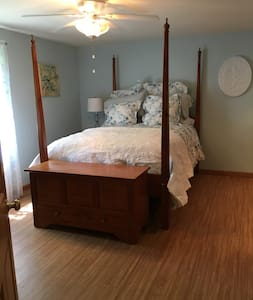 Immaculate, private bedroom with use of pool! - Williams Bay