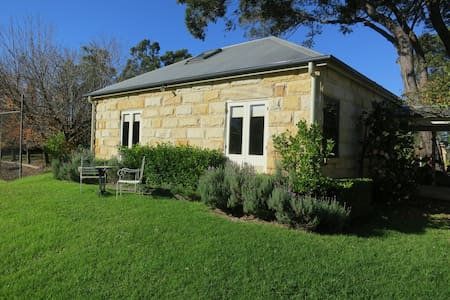 Garden Hill Spa Retreat: Magnolia Cottage, Berry - Cambewarra Village