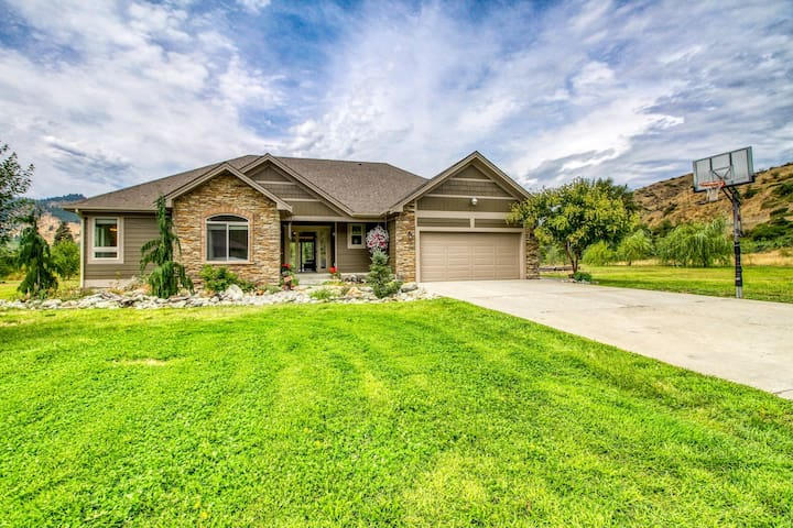 Stylish riverfront home w/ great deck, close to Leavenworth - 2 dogs welcome!