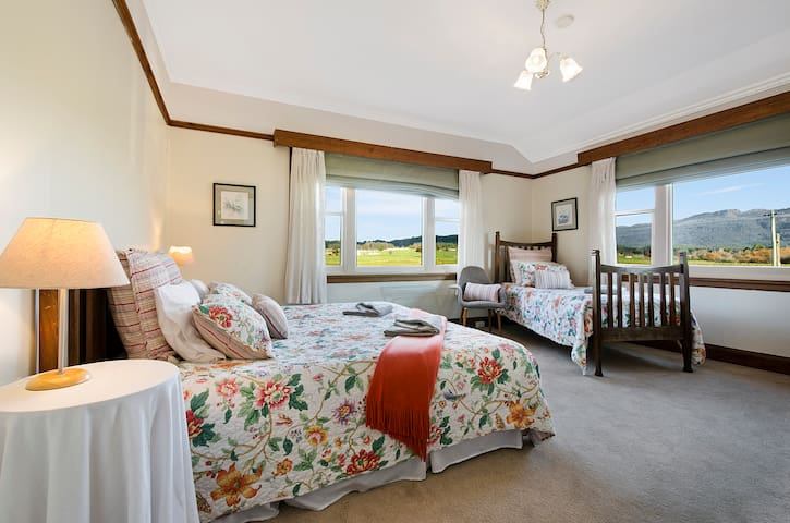 Room 2  The Queen of Hearts - Mole Creek