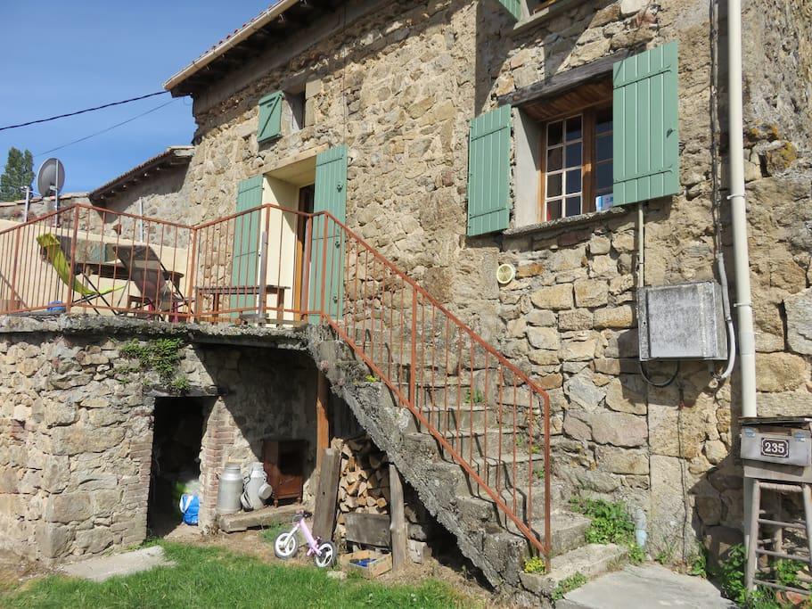maison dans un hameau, exposition sud est, terrasse avec table, idéale pour les soirs d'été