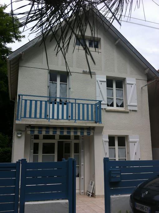 Maison depuis la rue tranquille, en sens unique à 3 minutes de la plage.