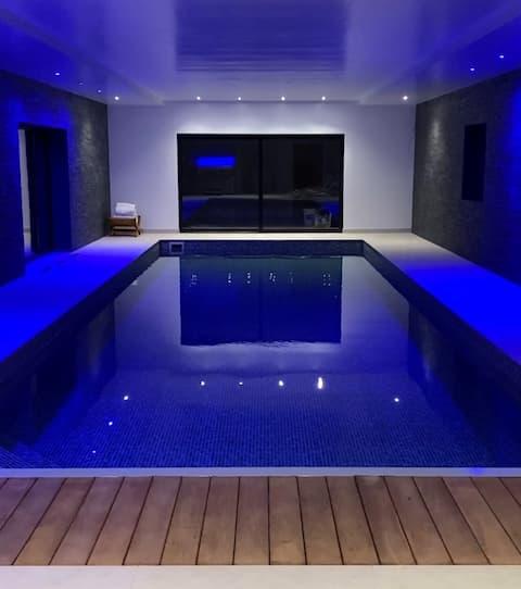 Luxe ombouw schuur - binnenzwembad, fitnessruimte en bubbelbad