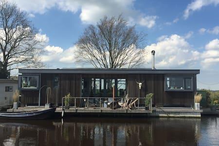 Spacious houseboat near Amsterdam - Broek in Waterland