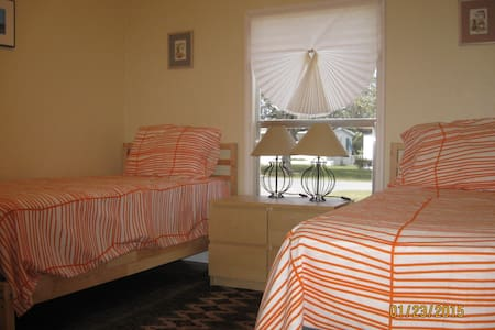 ROOMS 10 MINUTES FROM MIAMI AIRPORT... - Miami Springs