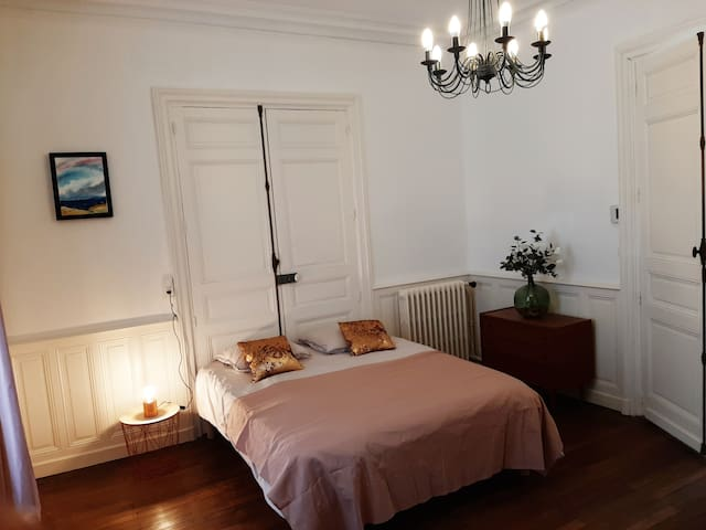Vous y disposez également d'une commode pour y ranger vos affaires You also have a chest of drawers to store your belongings