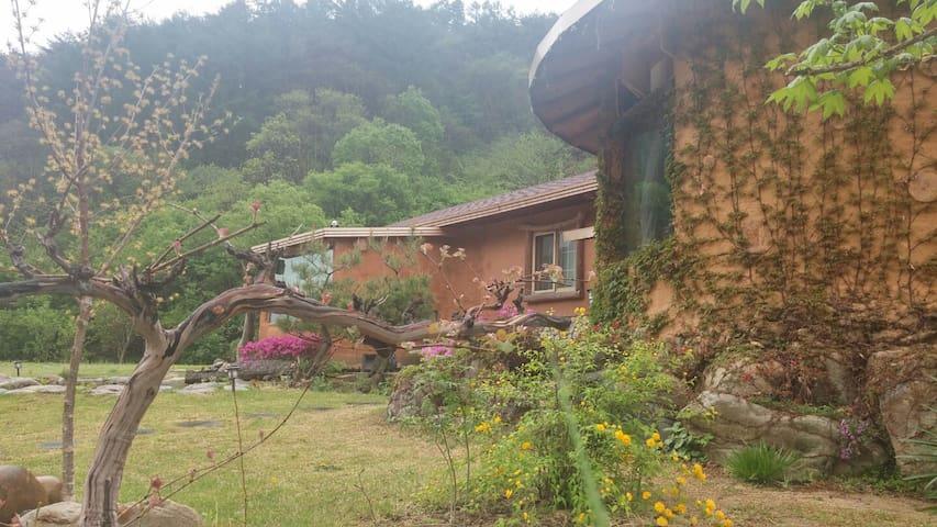 김삿갓 계곡 근처 직접 지은 황토집 - Gimsatgat-myeon, Yeongweol - Maan sisään rakennettu talo