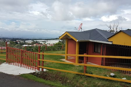 Cozy Mountain Cabin Near Airport and Poas Volcano - アラフエラ