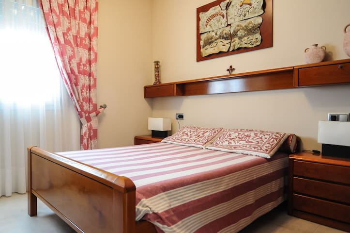 Habitacion  en casa con piscina - Bellulla - Casa