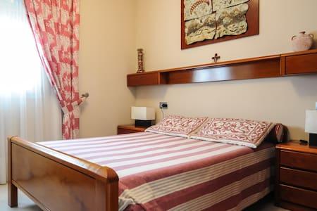 Habitacion  en casa con piscina - Bellulla - Haus