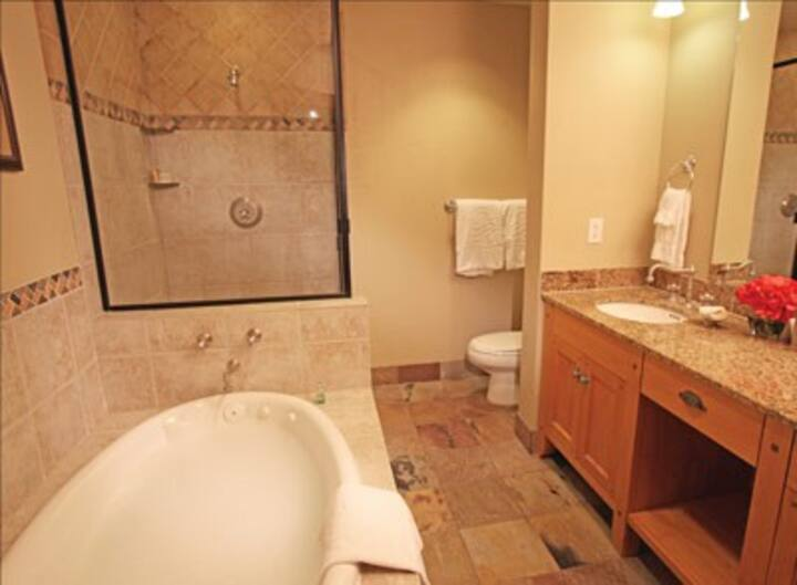 Two Bedroom Suite in Canyons - Walk to Gondola