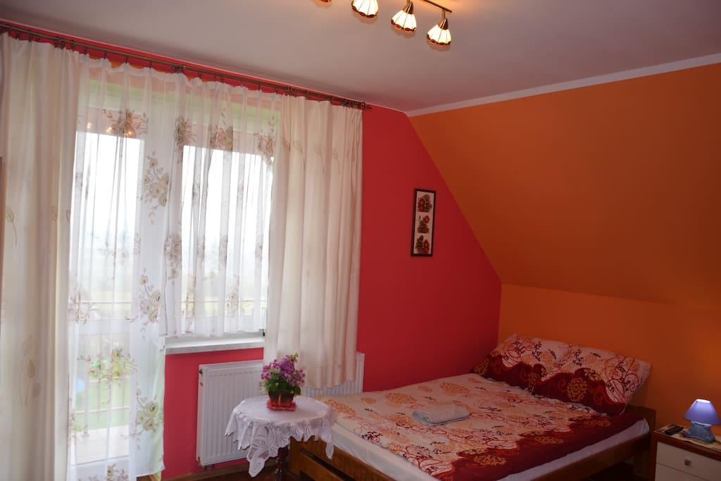 Pokój trzyosobowy z balkonem i łazienką na korytarzu