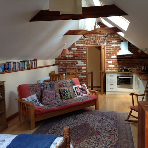 Self Catering, Spacious and Peaceful Studio Room - Strumpshaw - Loft