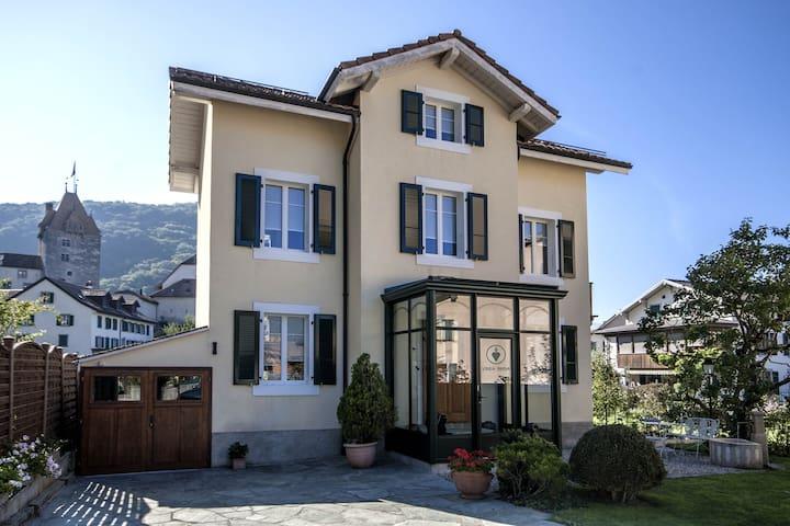La villa et son entrée