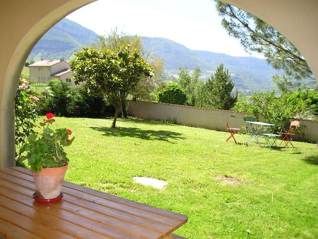 Beau studio plain-pied, calme, terrasse plein sud - Compeyre - Huoneisto