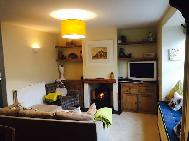 Refurb'd cosy cottage by the beach - Criccieth