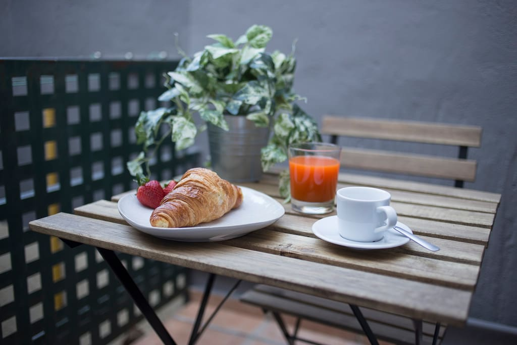 Valencia's orange juice + croissant + coffee = fully charged to start the day!!
