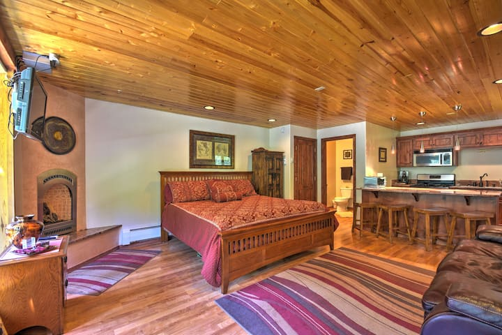 Cozy Streamside Studio 1 Mi From Taos Ski Resort!