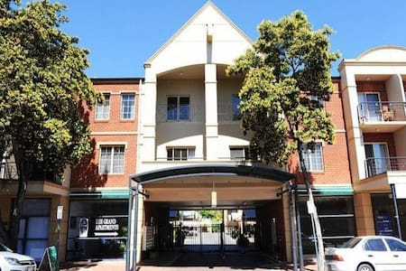 Executive apartment on Melbourne St - North Adelaide - Leilighet
