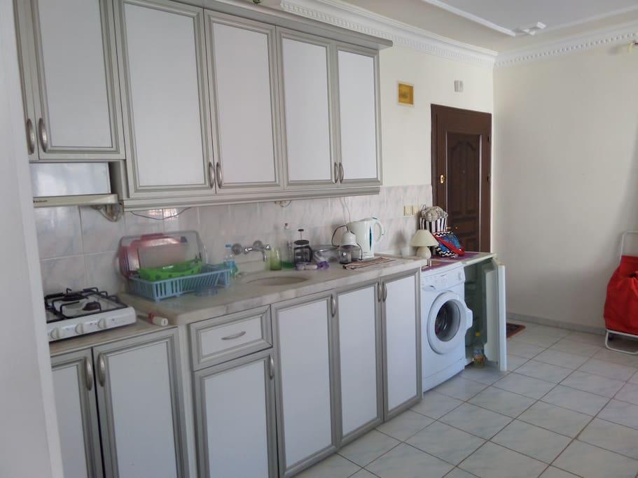 кухонный гарнитур с бытовой техникой