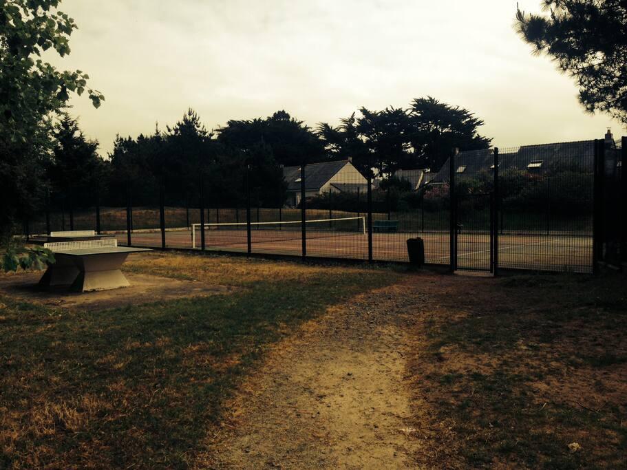 Terrain de tennis et tables de ping pong du lotissement