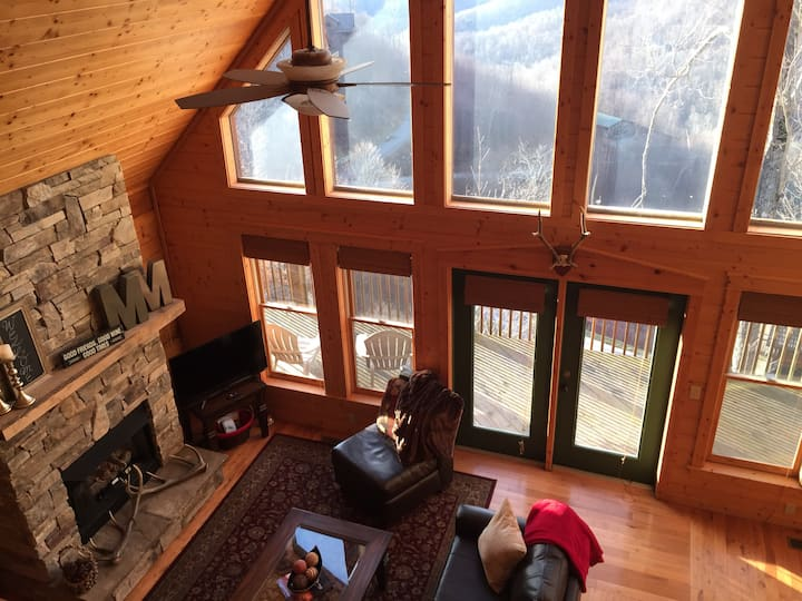 Log Cabin Hot Tub Ski & Views - 30min to Asheville