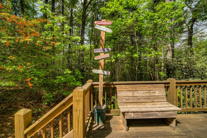 Secluded nook in the woods, minutes from Downtown w/brand new hot tub