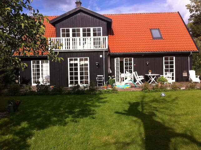 Romantic wooden home north of Cph. - Skodsborg - Casa