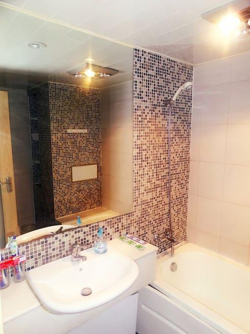 卫生间带浴缸