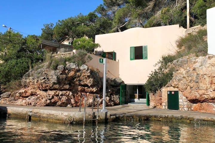 Casa singular al borde del mar - Cala Figuera