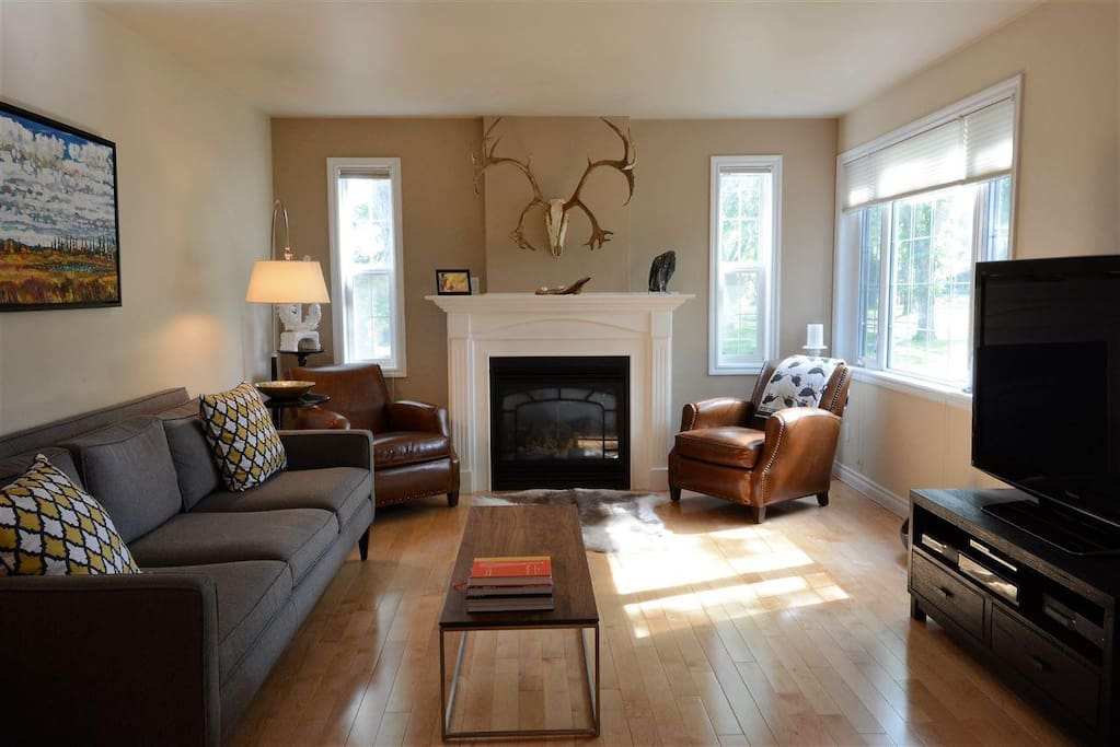 A comfortable living space overlooking gorgeous Highlands historic neighbourhood. A cozy and bright spacious living space to wind down at the end of the day.