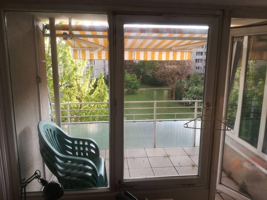 Inzwischen gibt es auch einen Balkontisch! :)
