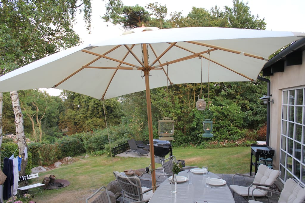 Den ene terrasse direkte adgang fra stuen og køkkenet. Begge terasser vender mod vandet.