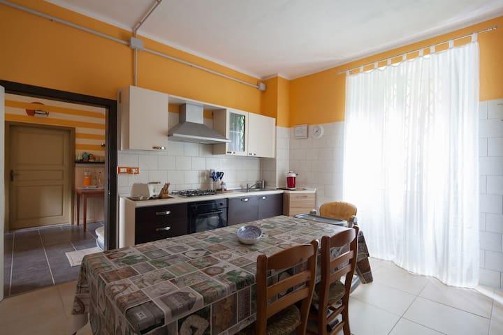 La nostra cucina- Our kitchen Dove prepariamo pranzi e cene speciali per i nostri Ospiti Where we prepare lunch & dinner for our guests