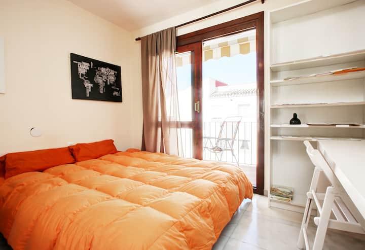 Estepona centre&beach bright double bed + balcony