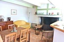 La pièce du rez de chaussée (25m2) avec coin repas et  salon