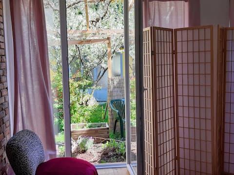 静かな中庭のボホ風アパート