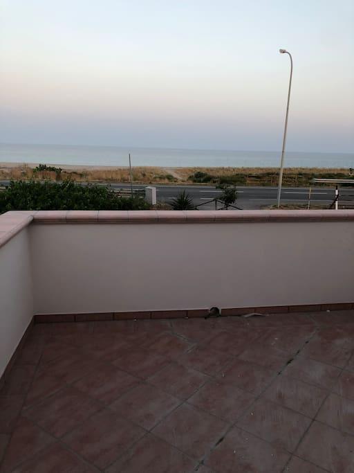 Terrazzo sul mare da allestire con tavolo sedie ed ombrellone