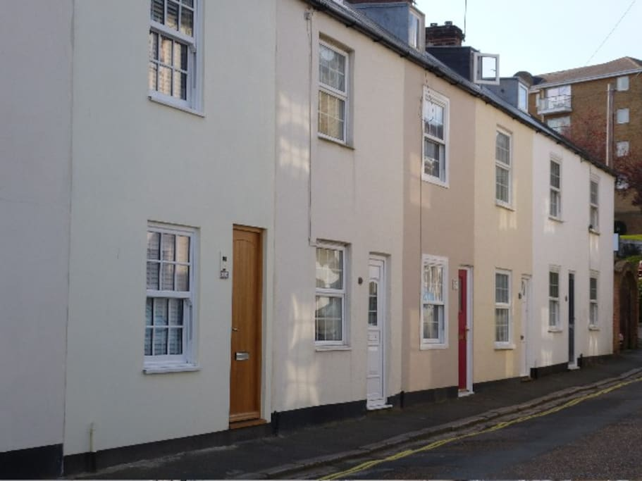 The cottage is set in a quiet cobbled street only one road back from bustling Cowes High Street where everything happens