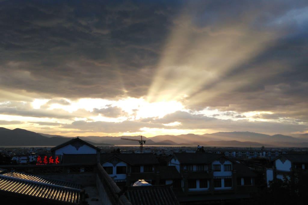 楼顶露台观日出和洱海