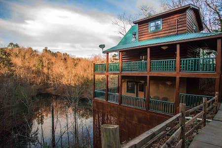 Mirror Lake Log Cabin  5 miles to DT Gatlinburg