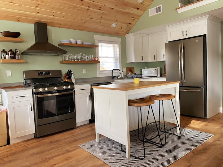 Summer Heights. Renovated cottage w/ water access