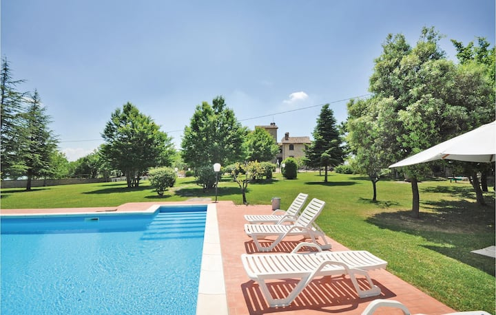 Stunning apartment in Monte S.M.Tiberina PG with 2 Bedrooms, Outdoor swimming pool and Outdoor swimming pool