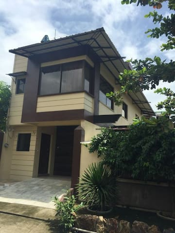 One bedroom flat with rooftop area - Angono - Apartment