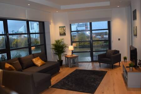 3 Bedroom, 2 Bathroom, Riverside Apt, Canary Wharf