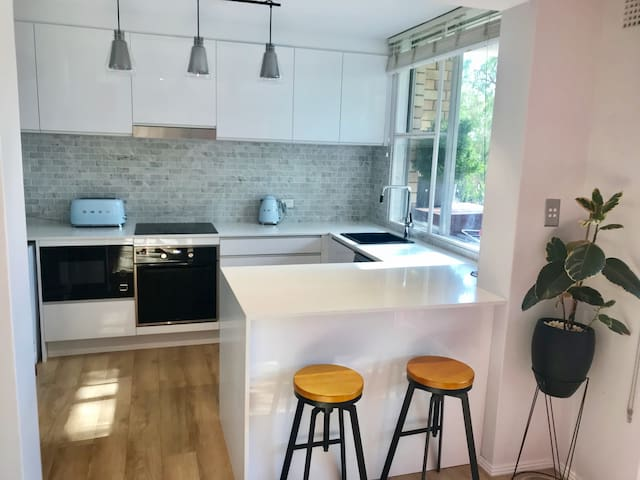 Modern 1 bedroom close to Balmoral Beach and City